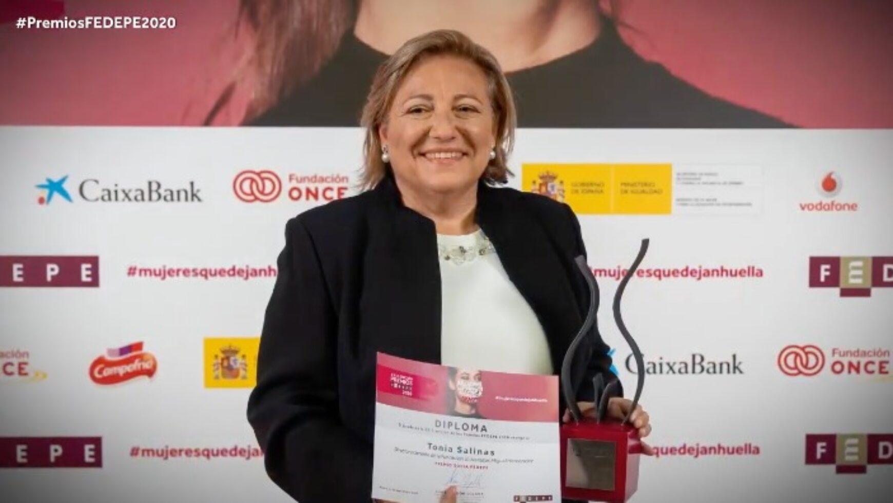 Tonia Salinas Miralles, recibe el premio FEDEPE a la asociada.