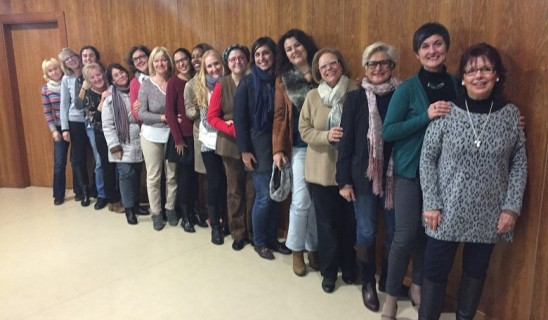 Arline Francis Kuhn, Fundadora de la Asociación Mujeres Emprendedoras Jávea, da la bienvenida a la nueva junta directiva encabezada por Ana Watt como presidenta